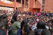 دہلی: گارگی کالج میں چھیڑخانی کی مخالفت میں طالبات کا دھرنا، پولیس نے درج کی ایف آئی آر