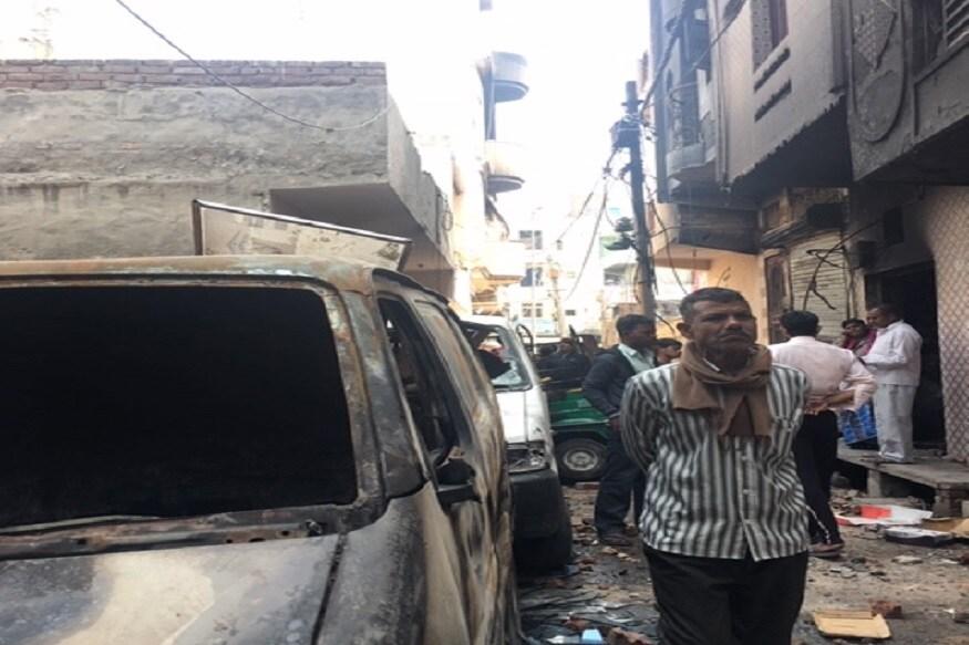 بی ایس ایف کے جوان کے گھر کےقریب کھجوری خاص کی دو لین میں 35 گھروں کونذر آتش کردیا گیا۔ تصویر: نیوز 18