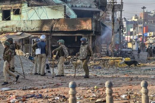 دہلی تشدد میں اب تک 18 لوگوں کی موت، پولیس نے کیا فلیگ مارچ، سیلم پور میں سدھرے حالات