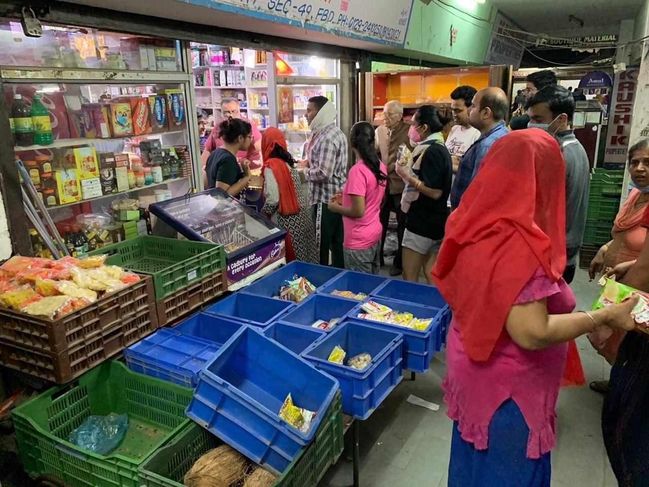 اگلے21 دن لاک ڈاؤن رہنے کے چلتے لوگوں نے راشن کی دکانوں پر جم کر خریداری کی۔