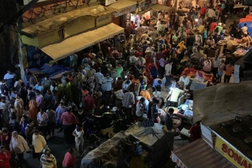 راشن کی دکانوں پر بھی چاول، دال اوردیگر گھریلو سامان لینے کیلئے لوگوں کی بھیڑ جمع رہی۔