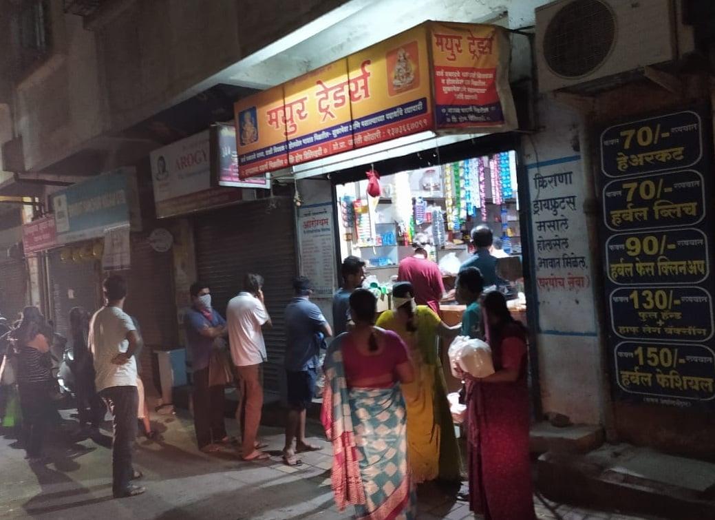 حالانکہ وزیر داخلہ نے کہا کہ مناسب قیمت کی دکانیں اور کھاد، کیرانا، سبزیاں، پھل ، سبزیاں، ڈیری، مانس، مچھلی، جانوروں کے چارے کی دکانیں کھلی رہیں گی۔