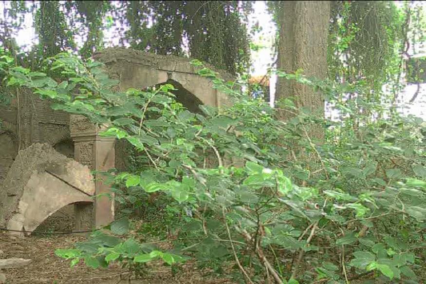 یہ مسجد الہ آباد کے تاریخی محلے دریا آباد میں واقع ہے۔