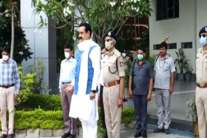 وزیر داخلہ ڈاکٹر نروتم مشرا کی صدارت میں پولیس ہیڈکوارٹر میں میٹنگ سے قبل ان کا پُرجوش طریقے سے پی ایچ کیو میں استقبال کیاگیا۔