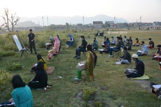 سری نگر:کووڈ-19 کی تاریکی میں منیر عالم نے عید گاہ میں جلایا علم کا چراغ