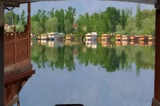 عالمی یوم ماحولیات: شہرہ آفاق ڈل جھیل پر ناجائز تعمیرات کا کستا شکنجہ