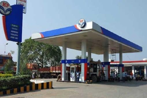ملک کی سب سے بڑی تیل تقسیم کار کمپنی انڈین آئل کارپوریشن کے مطابق قومی راجدھانی میں پٹرول کی قیمت آج 57 پیسے بڑھ کر 74.57 روپے فی لیٹر پر پہنچ گئی۔