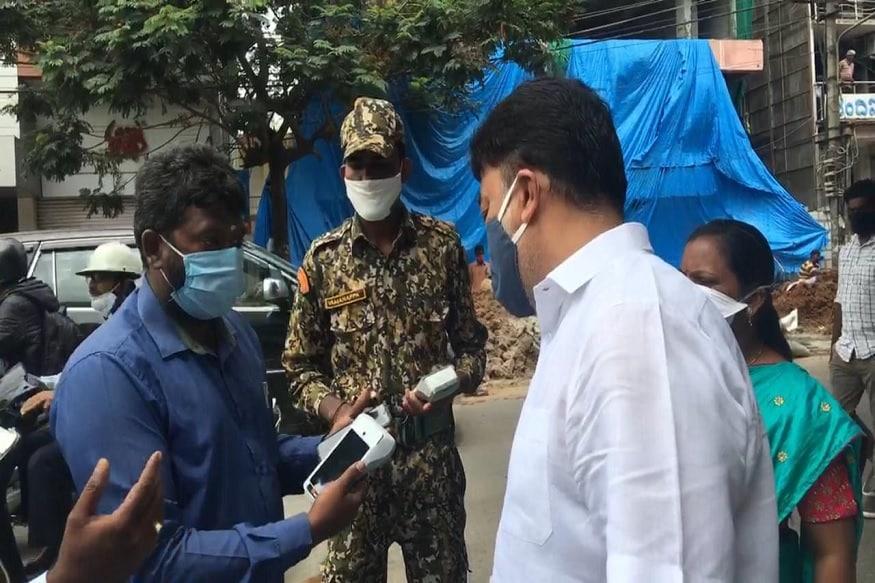 بنگلورو میں ماسک نہ پہننے اور سوشل ڈسٹنسنگ کا لحاظ نہ رکھنے والے ہر شخص پر 200 روپئے کا جرمانہ بی بی ایم پی نے مقرر کیا ہے۔