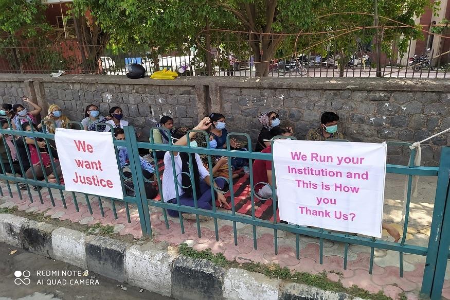 احتجاج کر رہے نرسنگ اسٹاف کامطالبہ ہےکہ تمام 84 لوگوں کو ملازمت میں واپس لیا جائے اور پرانے معاہدہ کنٹریکٹ پر ہی رکھا جائے۔