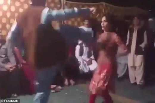 شادی میں ڈانس کررہی تھی خاتون، سب کے سامنے شخص نے آکر عورت کی چھاتی پر کردی یہ حرکت