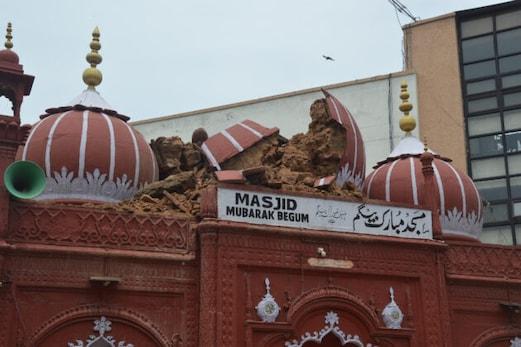 دہلی : شدید بارش کی وجہ سے تاریخی مسجد مبارک بیگم کا مرکزی گنبد منہدم