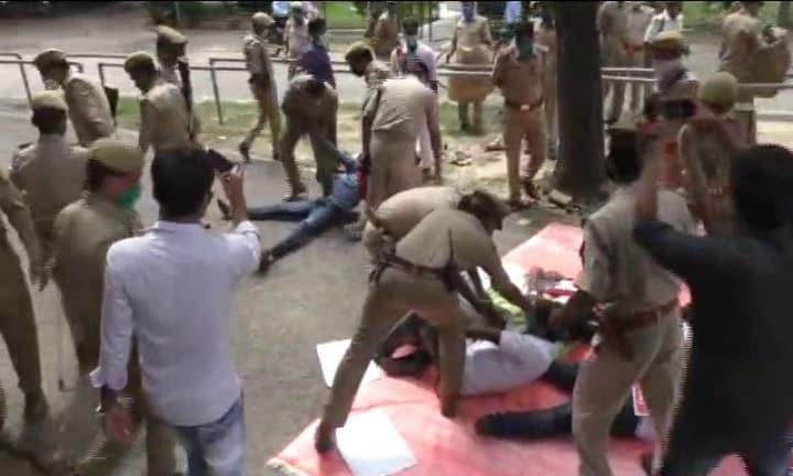یونیورسٹی انتظامیہ نے دھرنے کی جگہ پر بھاری تعداد میں پولیس فورس تعینات کر دی ہے۔