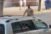 برہنہ ہوکر شخص سڑک پر کرنے لگا انتہائی غلط حرکت، سوشل میڈیا پر ویڈیو ہورہا ہے وائرل