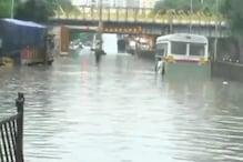 ممبئی میں تیز بارش، جگہ۔جگہ سڑکوں پر بھرا پانی، ٹرینیں رد ہونے سے گھنٹوں پھنسے رہے لوگ