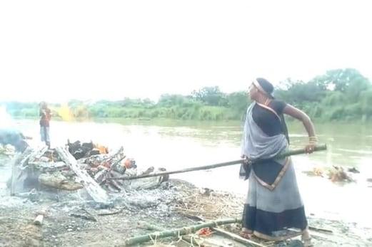 شوہر کی موت کے بعد اس شمشان گھاٹ میں خواتین کرتی ہیں ایسا کام جان کر حیران رہ جائیں گے آپ