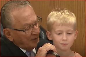 جج کی گود میں بیٹھ کر5 سال کے بچے نے سنائی اپنے والد کو سزا: ویڈیو وائرل