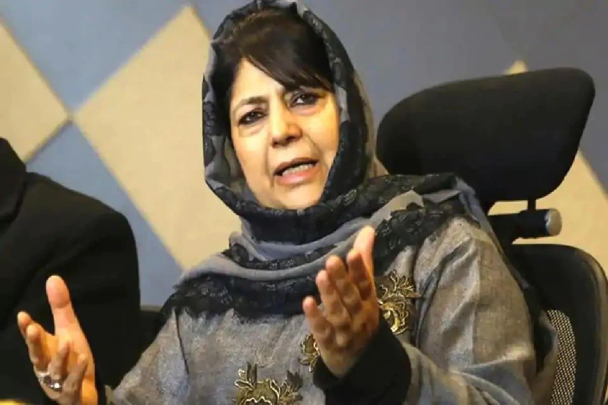 محبوبہ مفتی نے کہا: 'ہم خاموش بیٹھنے والے نہیں ہیں۔ جموں و کشمیر کو لوٹنے کے جو بھی ان کے پاس منصوبے ہیں انہیں کامیاب نہیں ہونے دیا جائے گا چاہے ہمیں کچھ بھی کرنا پڑے'۔