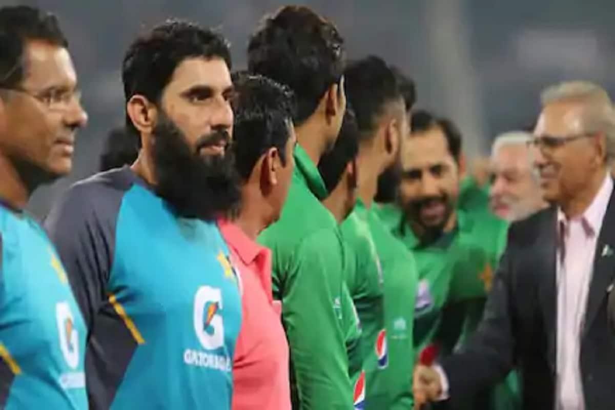 مصباح الحق (Misbah Ul Haq) نے پاکستان کرکٹ ٹیم کے چیف کوچ کی اپنی ذمہ داریوں پر زیادہ توجہ دینے کے لئے چیف سلیکٹرکے عہدے سے ہٹنے کا فیصلہ کیا ہے۔