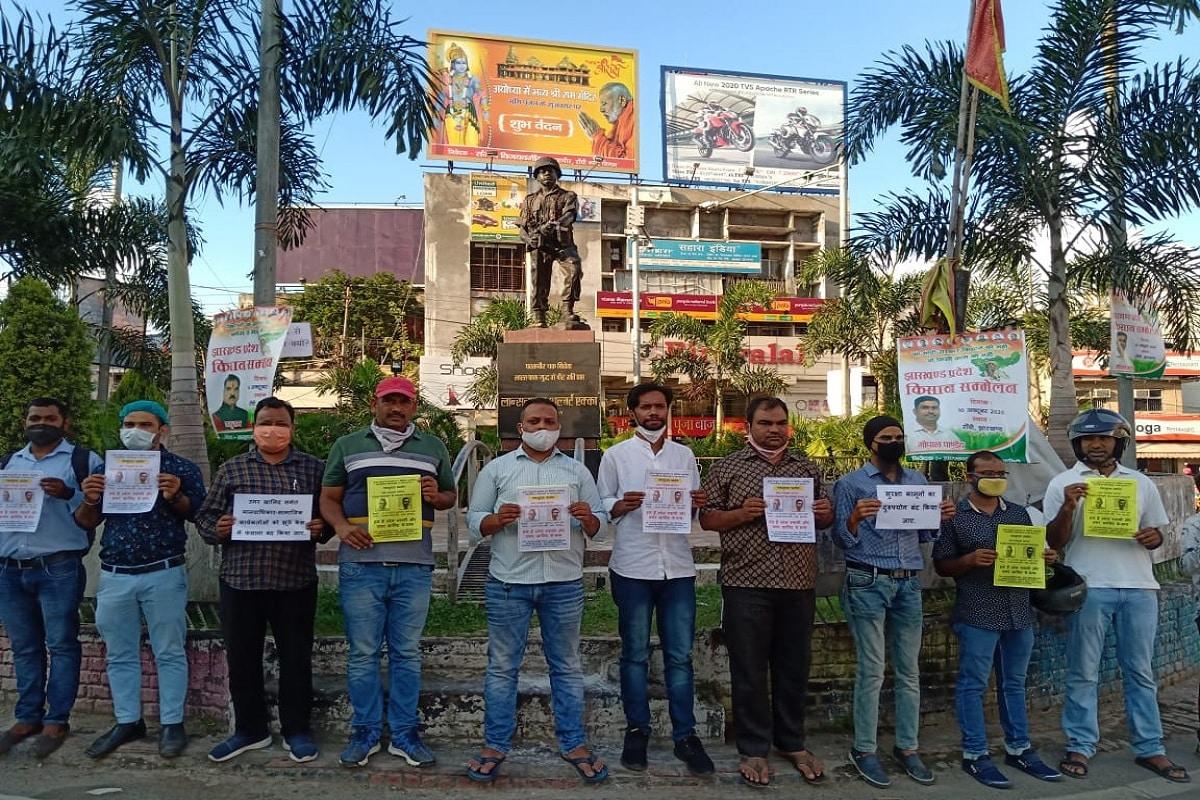 ہم ہیں فادر اسٹین سوامی اور عمر خالد کے ساتھ پیغام لکھے ہاتھوں میں تختی لئے لوگوں نے خاموش احتجاج کیا۔