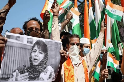 سری نگر: محبوبہ کے بیان پر ہنگامہ، ترنگا لہرانے لال چوک پہنچے بی جے پی کارکنان، پولیس نے حراست میں لیا