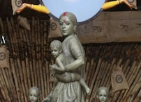 بنگال میں کورونا بحران کے سایے میں شروع ہوا درگا پوجا کا تہوار، پوجا پنڈال کیوں ہے لوگوں کی توجہ کا مرکز