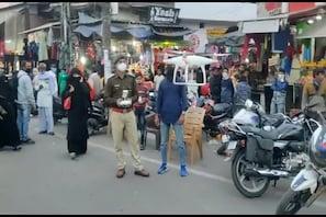 میرٹھ: سڑکوں پرگاڑی والوں کا چالان کاٹنے والی پولیس کو نظر نہیں آ رہی بازاروں کی بھیڑ