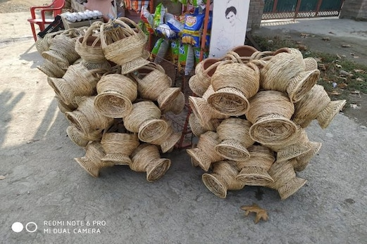 کشمیر میں موسم سرما شروع ہوتے ہی لوگ سردی سے بچنے کے لئے کانگڑیوں کا کرتے ہیں استعمال