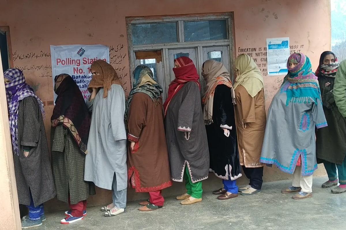 جموں کشمیر میں ڈی ڈی سی انتخابات پہلی مرتبہ منعقد ہوئے ہیں اور پہلی بار ایسا ہوا ہے کہ یہاں کے کسی بلاک میں صرف خواتین امیدوار ایک دوسرے کے مدمقابل ہیں۔