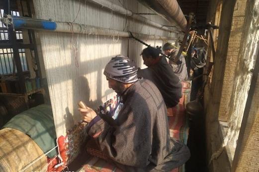 کشمیرمیں قالین بافی کے دستکار اپنی انگلیوں میں بھرے جادوئی ہنر سے اس صنعت کو  رکھے ہوئے ہیں قائم