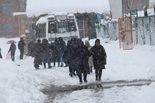 کشمیرمیں  بھاری برفباری سے سڑکوں پر دیکھنے کو ملے کچھ ایسے مناظر، کبھی ہنسی تو کبھی غمجیسے حالات