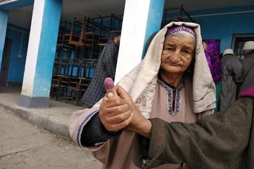 کشمیر میں ڈی ڈی سی انتخابات میں عمر رسیدہ خواتین نے جمہوری عمل میں حصہ لیا