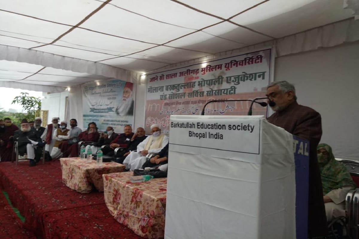 ممتاز ماہر تعلیم پروفیسر اختر الواسع نے جلسے سے خطاب کرتے ہوئے کہا کہ سر سید تھے اس لئے مسلمان یہاں تک پہنچے اگر سر سید نہیں ہوتے تو مسلمان کہاں ہوتے یہ سوچنے  والی بات ہے۔