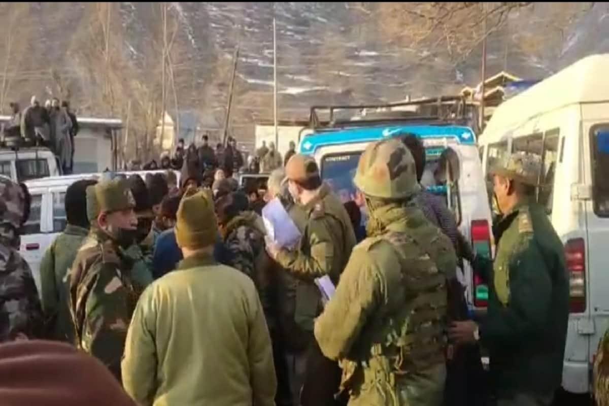 تاہم انتظامیہ نے فوج سے مدد طلب کی، تاکہ ان مریضوں کو سری نگر پہنچایا جاسکے اور ان قیمتی جانوں کو بھچایا جاسکے۔ اس کے بعد فوج فوری طور حرکت میں آئی اور بھاری برف کے باعث فوجی ہیلی کاپٹر کے ذریعے مریضوں کو سری نگر منتقل کیا گیا۔