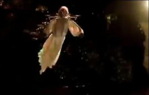 آسمان میں اڑتی ہوئی نظر آئی ایسی ڈراونی چیز، چیخیں مار کر بھاگے لوگ: ویڈیو دیکھیں