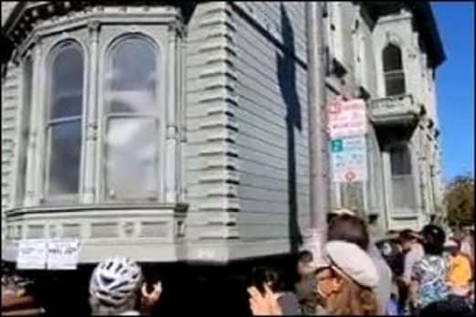 سڑک پر اچانک چلنے لگی پوری عمارت، ویڈیو دیکھ کر لوگ رہ گئے حیران: آپ بھی دیکھیں