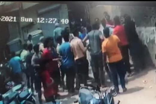 کرکٹ میچ کھیلنے سےمنع کرنے والے نوجوان کی قتل کرنے کی کوشش، سی سی ٹی وی میں قید ہوا معاملہ
