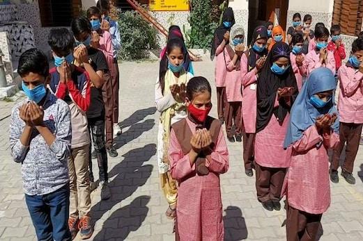 میرٹھ: اسکول کھلنے سے کھلے بچوں کے چہرے، آف لائن کلاس میں پہلے دن بچوں کی خاطر خواہ تعداد