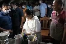 نندی گرام میں وزیر اعلی ممتا بنرجی نے لیا چائے کا سہارا، لوگوں کو پلائی چائے