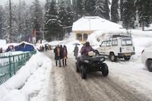 کشمیر میں برف کا سلسلہ جاری، سیاح  گلمرگ میں سیاح ہو رہے ہیں خوب لطف و اندوز