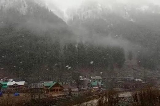پہلگام میں تازہ برف باری کے بعد جنوبی کشمیر شدید سردی کی زد میں ، سیاحتی صنعت کو نئی امید