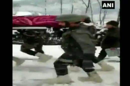 جموں و کشمیر : فوج کے جوانوں کا یہ ویڈیو دیکھ کر آپ بھی کریں گے سلام