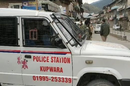 جموں و کشمیر:کپواڑہ میں فوج اور پولس کی بڑی کارروائی ، 10 گرنیڈ ، ایک پستول اور دو میگزین کے ساتھ ایک او جی ڈبلیو گرفتار