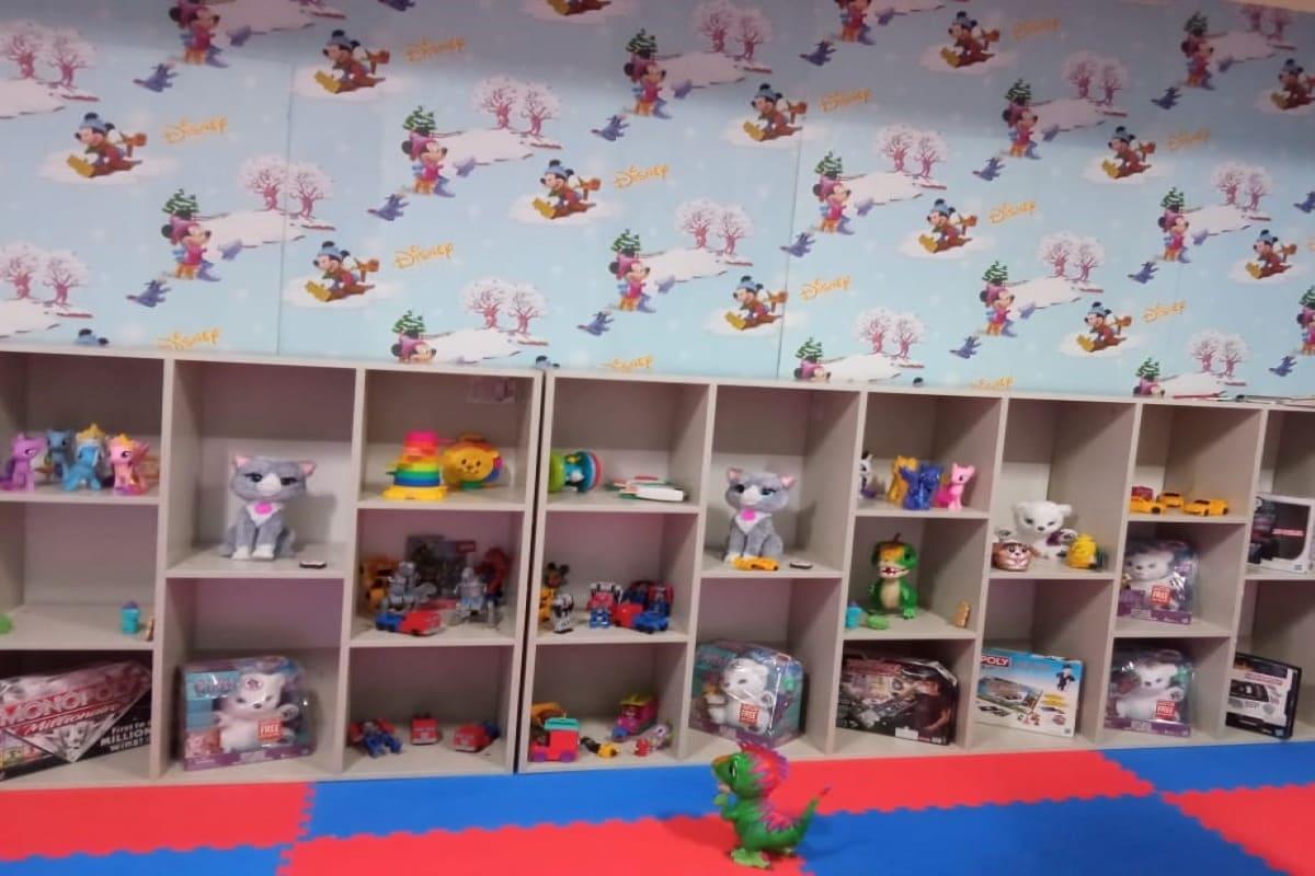 اسپتال میں ایک خاص کمرہ بنایا گیا ہے جس میں رنگا رنگ کھلونے، کتابیں اور دیگر ایسی اشیاء رکھی گئی ہیں جس سے تکلیف میں مبتلا ان معصوم بچوں کے چہرے پر مسکان آسکے۔
