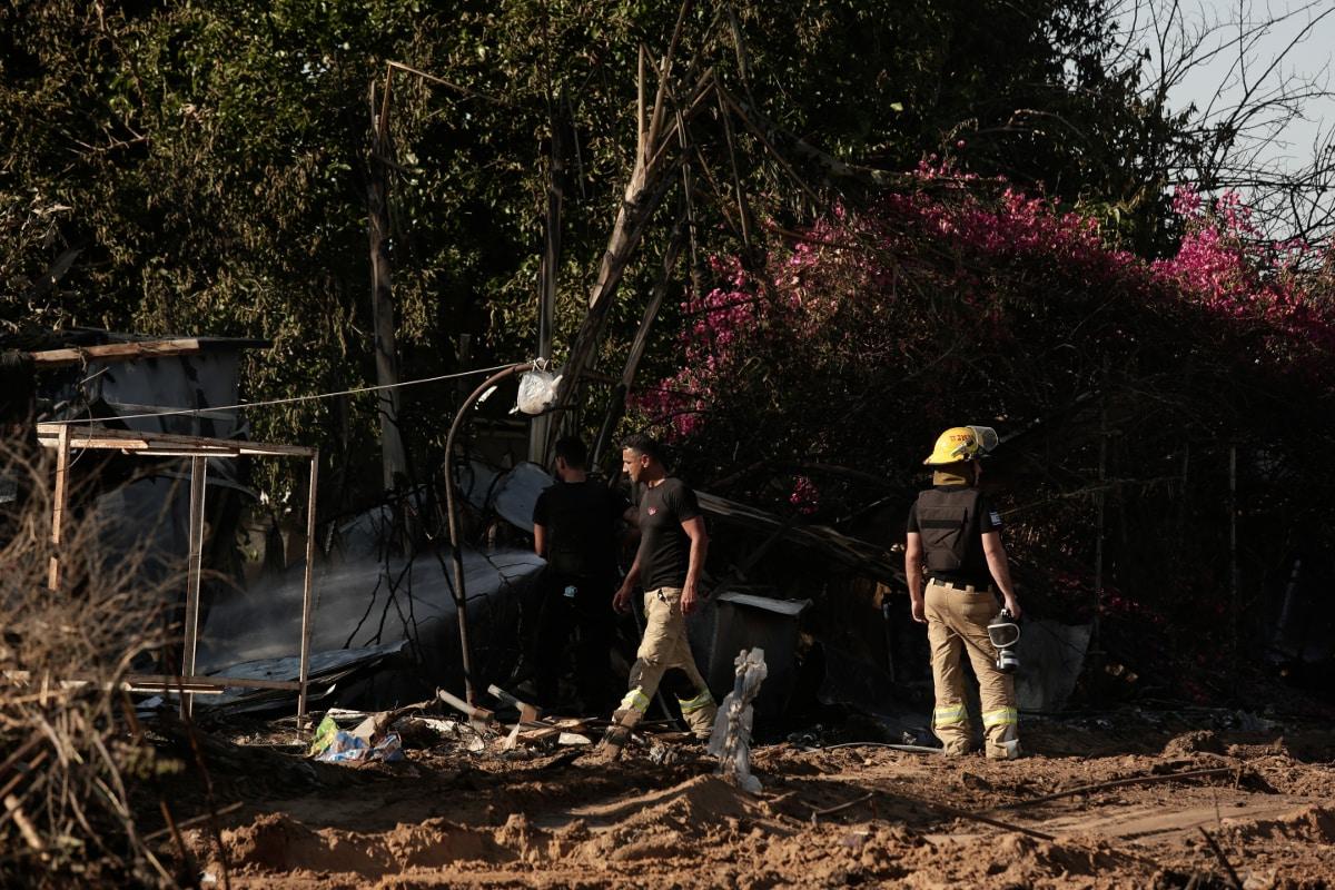 غزہ کی جانب سے داغے گئے راکٹ میں اسرائیل میں تباہ ہوئی ایک عمارت کے پاس فائرفائٹر کے اہلکار دیکھے جاسکتے ہیں ۔ اس راکٹ حملہ میں ایک پیکیجنگ پلانٹ میں کام کرنے والے دو تھائی ورکرس کی موت ہوگئی ۔ (AP Photo)