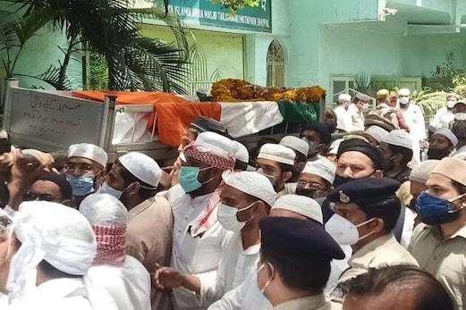 گارڈ آف آنر کے ساتھ مفتی عبد الرزاق کو کیا گیا سپرد خاک، نماز جنازہ کی نہیں ملی اجازت