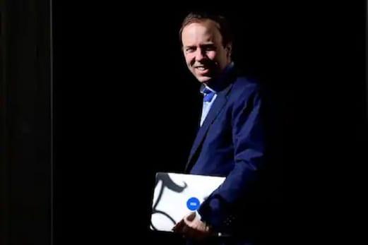 برطانیہ کے وزیر صحت کی بوسہ لیتے ہوئے تصویریں وائرل، دینا پڑا عہدے سے استعفیٰ