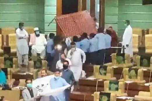 پاکستان کے سندھ اسمبلی میں چارپائی لے کر گھس گئے اراکین اسمبلی، دیکھیں ہنگامہ آرائی کا ویڈیو
