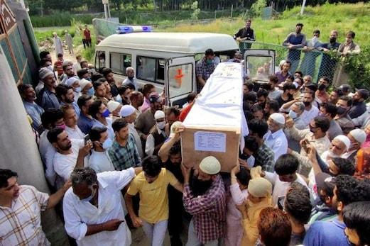 جموں و کشمیر : سوپور میں نامعلوم بندوق برداروں کی اندھادھند فائرنگ ، دو پولیس جوان شہید ، دو عام شہری بھی جاں بحق