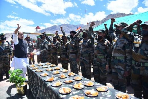 وزیر دفاع راجناتھ سنگھ نے کیا لداخ کا دورہ ، کہا : ہندوستان پڑوسی ممالک کے ساتھ گفتگو کے ذریعہ تنازعات حل کرنے میں یقین رکھتا