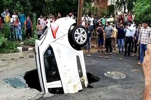 کار سمیت سڑک کے اندر سماگیا ڈرائیور، پھر ہوا کچھ ایسا ، جان کر رہ جائیں گے حیران ، دیکھئے وائرل ویڈیو